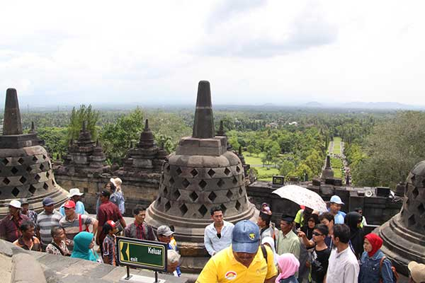 yogya-crowd-in-borobudur
